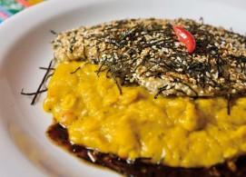 Peixe em crosta de yaki nori com purê de abóbora