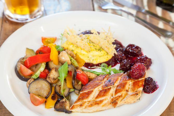 Frango com purê, legumes e calda de frutas vermelhas