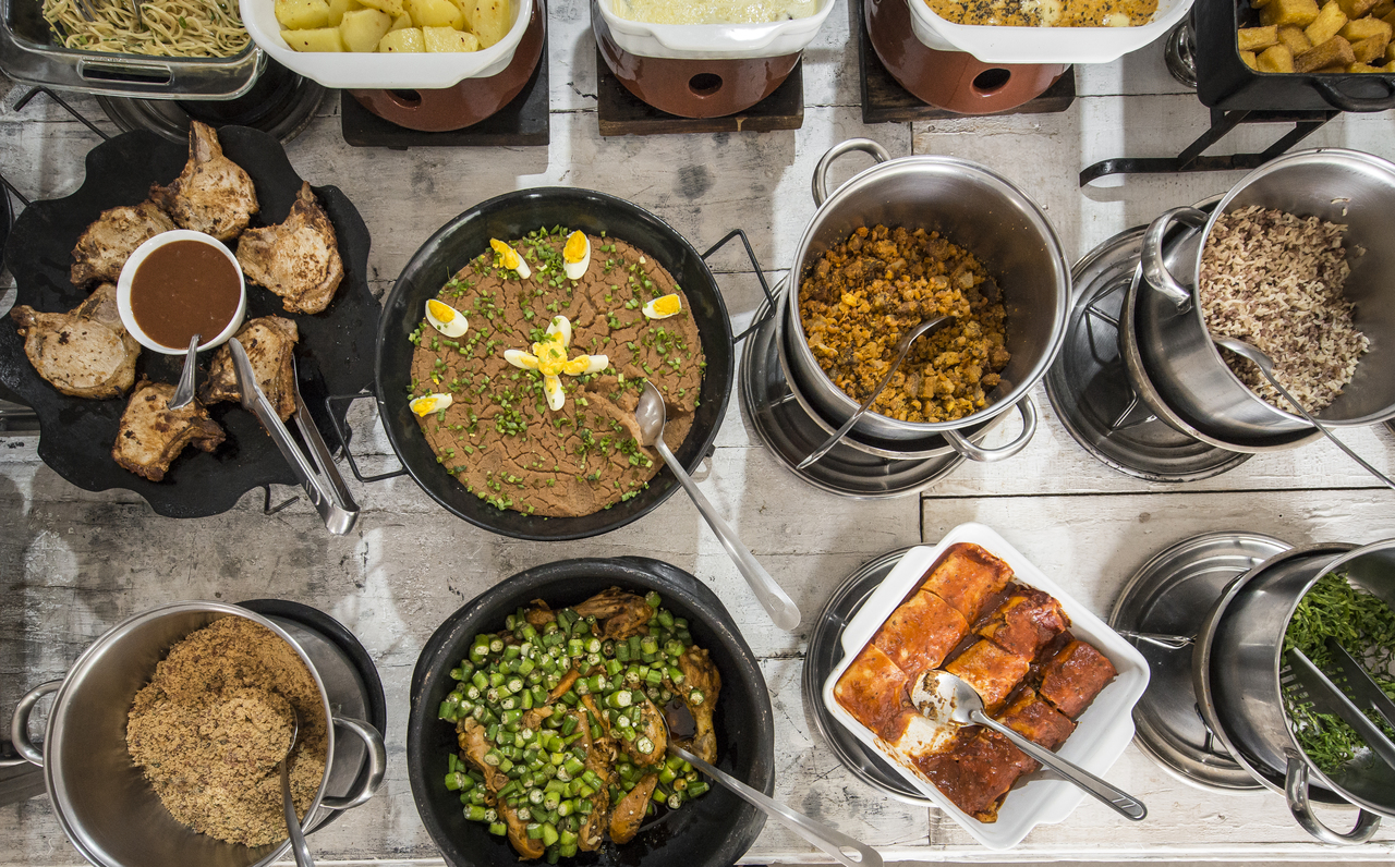Parte dos pratos quentes de uma quarta-feira no Dedo de Moça: tutu, bisteca, panqueca recheada, galinha com quiabo e feijoada. Foto: Letícia Akemi/Bom Gourmet