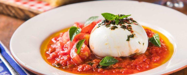 Burrata da Mozzarellart, feita com leite de Witmarsum, e tomates de Jandaia do Sul, ambos municípios paranaenses. Azeite de oliva e farinha de trigo da focaccia são importadas da Itália. Foto: Divulgação