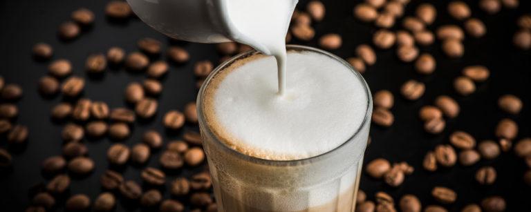O tipo do leite, a qualidade do café e o método de extração contribuem para uma bebida mais saborosa e cremosa. Foto: Letícia Akemi/ Gazeta do Povo.
