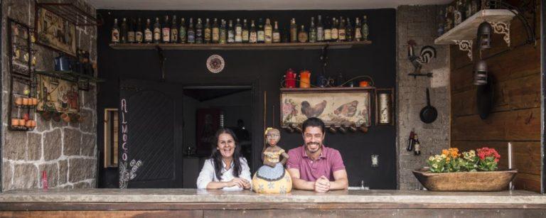 Maria e Izaq no balcão do deck em frente ao restaurante. Foto: Letícia Akemi/Bom Gourmet