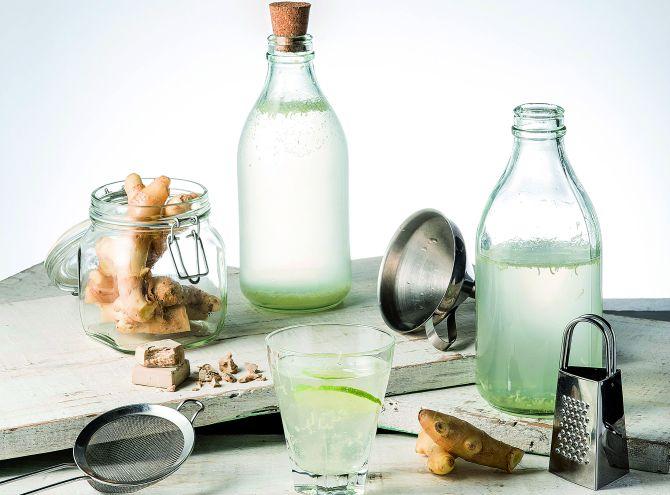A ginger ale ou jinjibirra pode ser feita com qualquer fruta ácida no lugar do limão e só pode ser passada para a garrafa de vidro na hora de servir, pois o fermento cria pressão na embalagem.