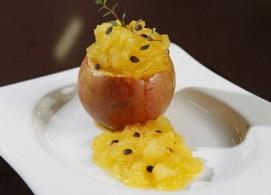 Maçã recheada com purê de maçã e maracujá