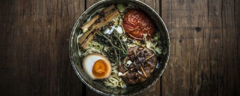 Bowl de lámen (ou rāmen), tradicional prato japonês feito com caldo, macarrão e outros ingredientes. Foto: Letícia Akemi / Bom Gourmet