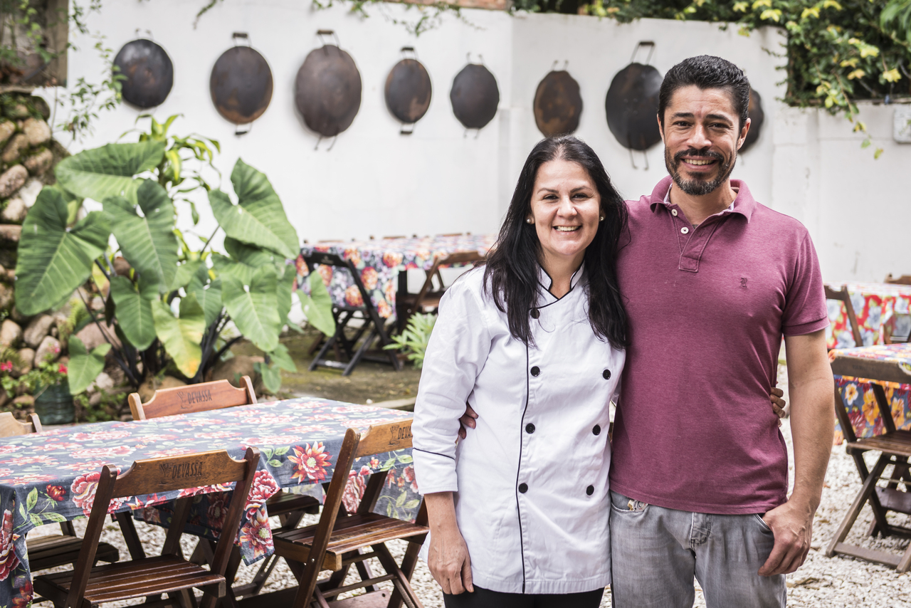 Maria e Izaq no quintal do novo Dedo de Moça -- discos de arado viraram decoração para lembrar a história. Foto: Letícia Akemi/Bom Gourmet