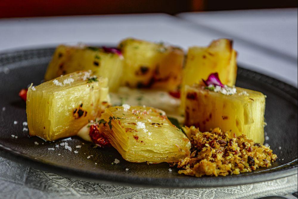 Mil folhas de mandioca, preparo do chef André Raulino, do restaurante Pescara. Foto: Nay Klym/Bom Gourmet