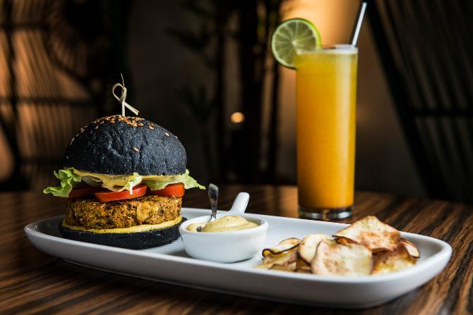 No True Kitchen, o pão do Bob Burger é enriquecido com beterraba e carvão ativado. Leva hambúrguer de siri e acompanha batata doce assada com alecrim. Foto: Leticia Akemi/Gazeta do Povo