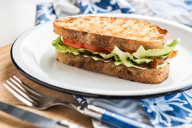 BLT no pão italiano artesanal servido com bacon, alface, tomate e maionese de ervas, d´A Casa de Antonia. Insumos simples, mas de qualidade, fazem toda a diferença.