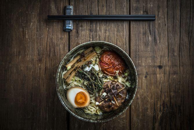 De origem chinesa, o lámen (ou rāmen) se tornou um dos pratos mais tradicionais no Japão. É servido em uma tigela com um caldo rico, macarrão e ingredientes que podem variar entre si. Ovo cozido e chashu (fatia fina de carne de porco) aparecem com frequência na composição. Foto: Letícia Akemi / Bom Gourmet