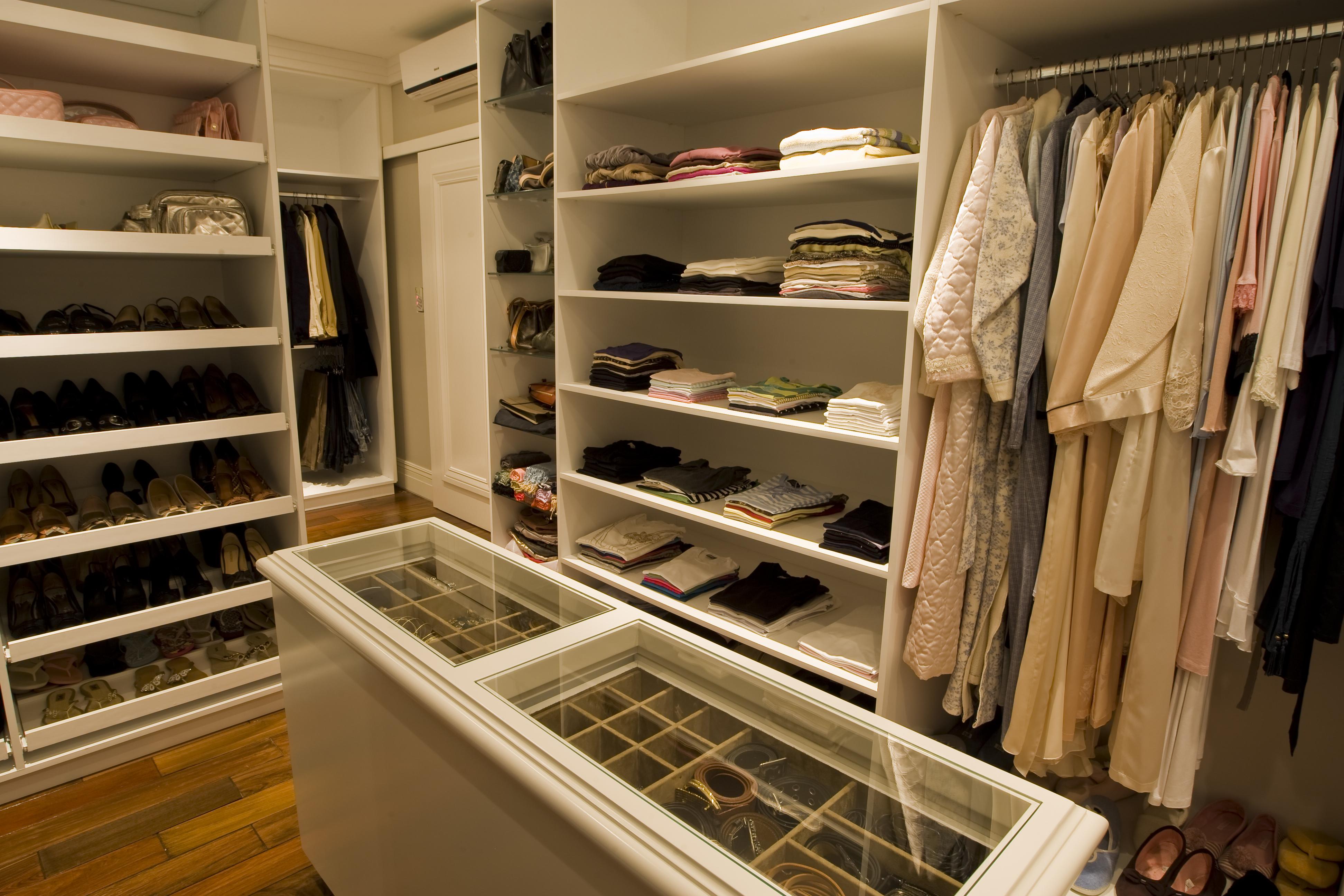 Closet categorizado por tipos de roupa é a melhor forma de manter a ordem. Foto: Antonio Costa / Gazeta do Povo.