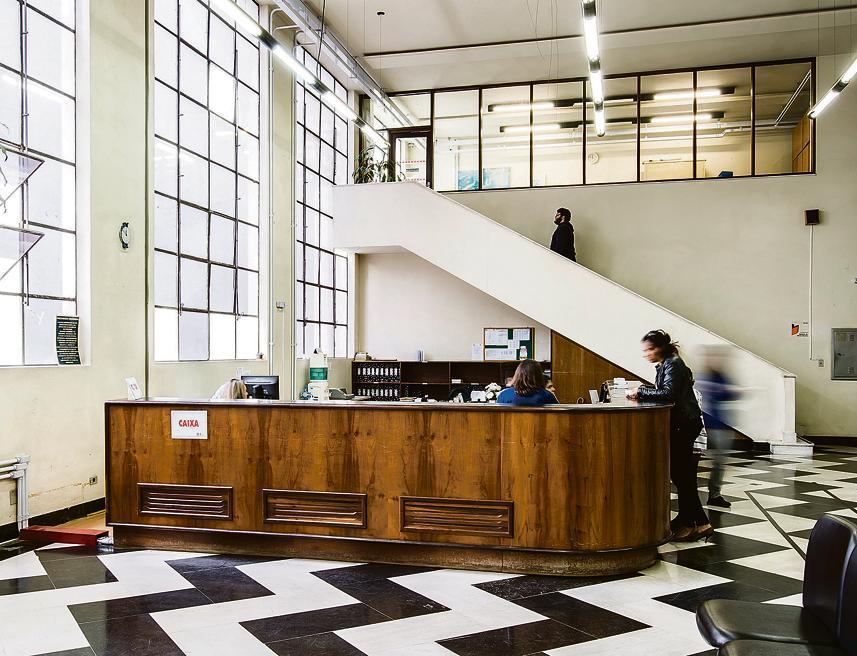 Chão com desenhos geométricos, uma das poucas referências não modernistas da obra.