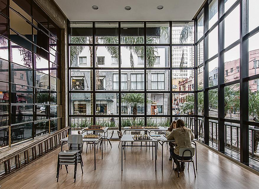 Espaço de xadrez: janelões para aproveitar a luz natural e funcionalidade sem rebuscamentos.