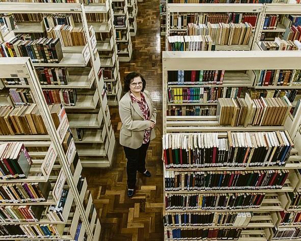 Isamara é figurinha carimbada da biblioteca: uma leitora de mão cheia, cuja predileção recai sobre as histórias de ficção que acontecem durante a Idade Média.