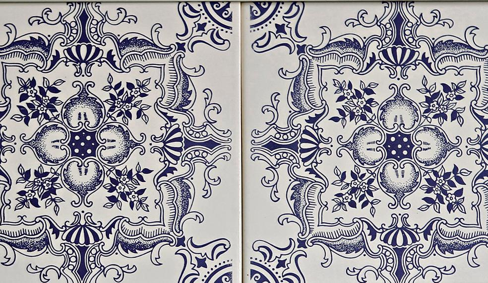 Peça de azulejo de 1975 com estampa que remete ao estilo português.