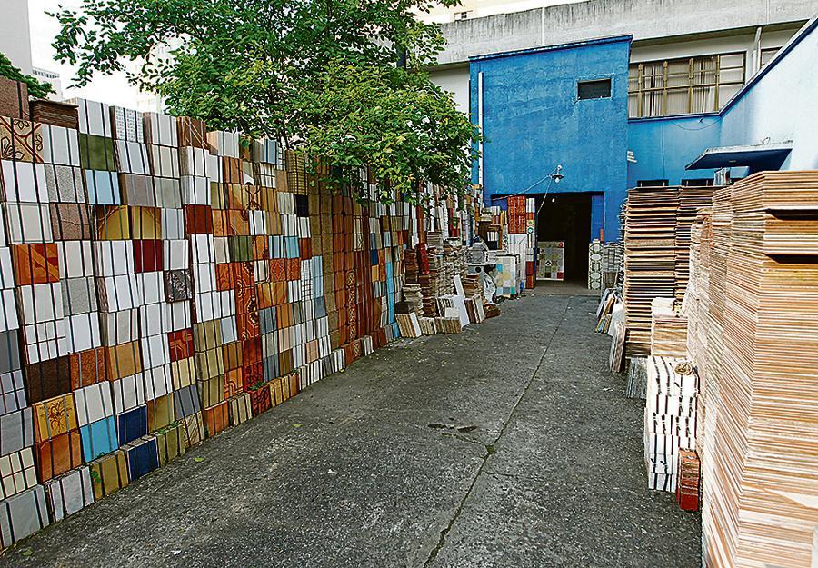 Azulejos estampam os diferentes estilos da arquitetura, dos anos 60  à década de 90 e atualidade.