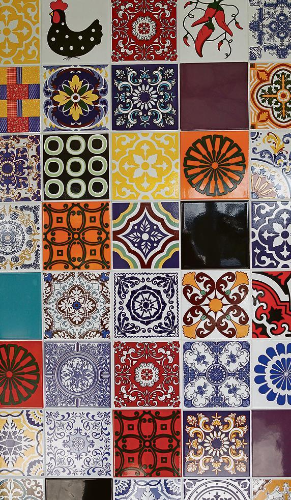 Composição de azulejos antigos e recentes.