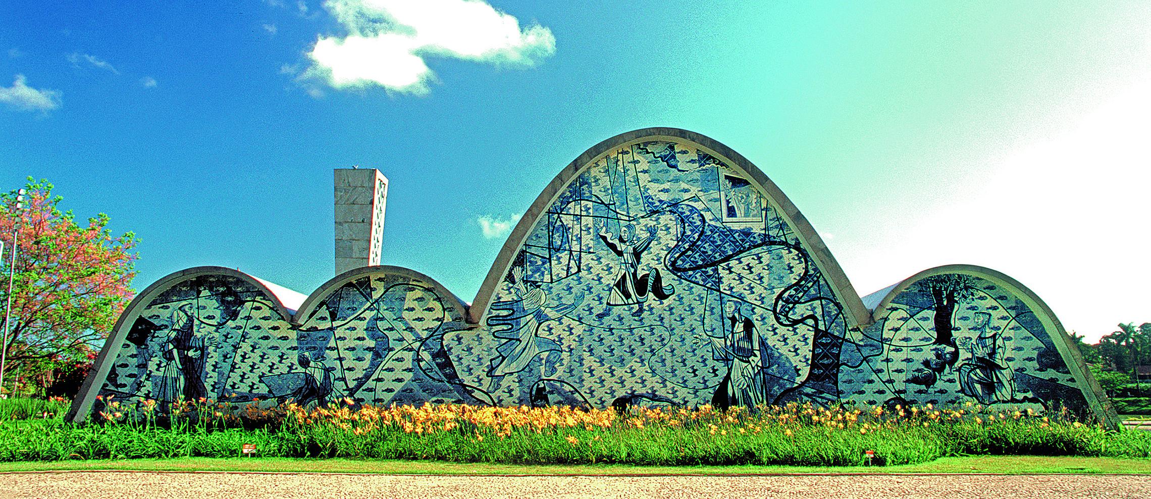 Painel de Portinari para a Igreja de São Francisco de Assis, na Pampulha, em Belo Horizonte, em que ele representa o santo e diversos animais. Fotos: Marcos Piffer/Divulgação