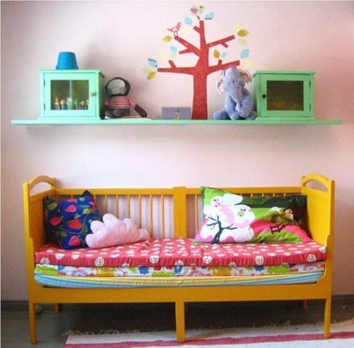 22 - Pintar o berço de uma cor vibrante rende um banco bem diferente. A dica é colocar dois ou três colchões para deixar o assento confortável.