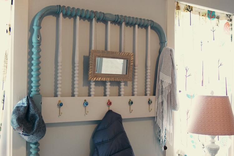 9 - E que tal adaptar ganchos nas grades do berço para transformá-las em porta-chaves ou cabideiro?