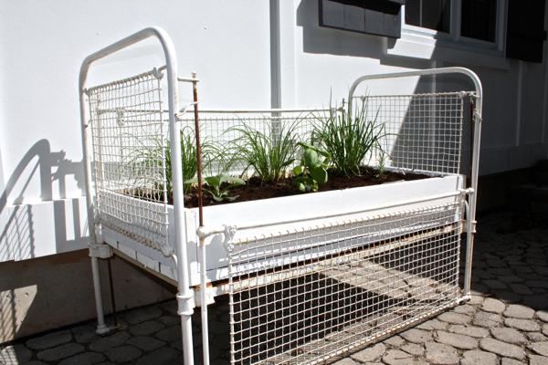 11 - Canteiros para a horta são outra utilidade para o antigo berço.
