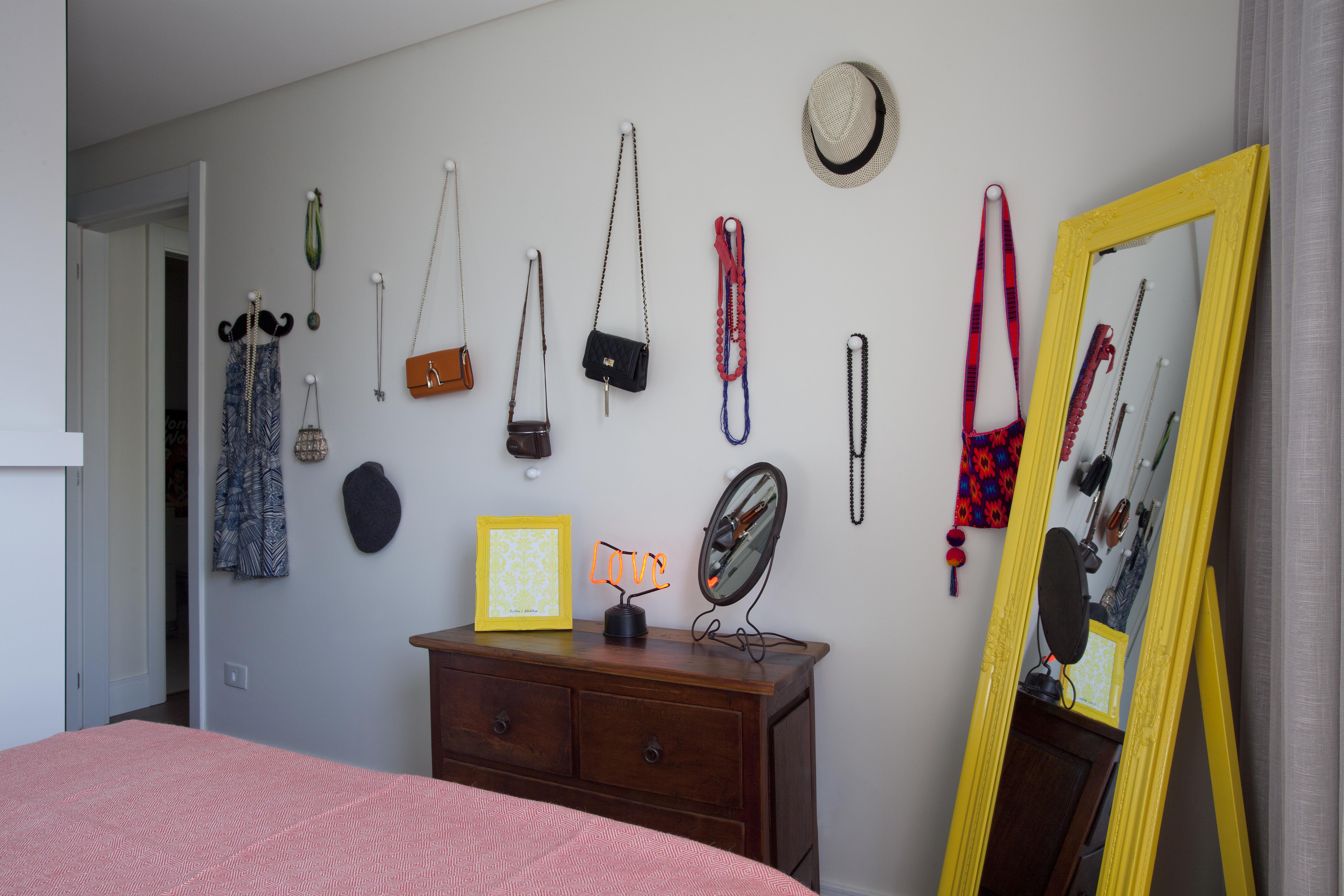 Detalhes do quarto: os acessórios da moradora viraram decoração.
