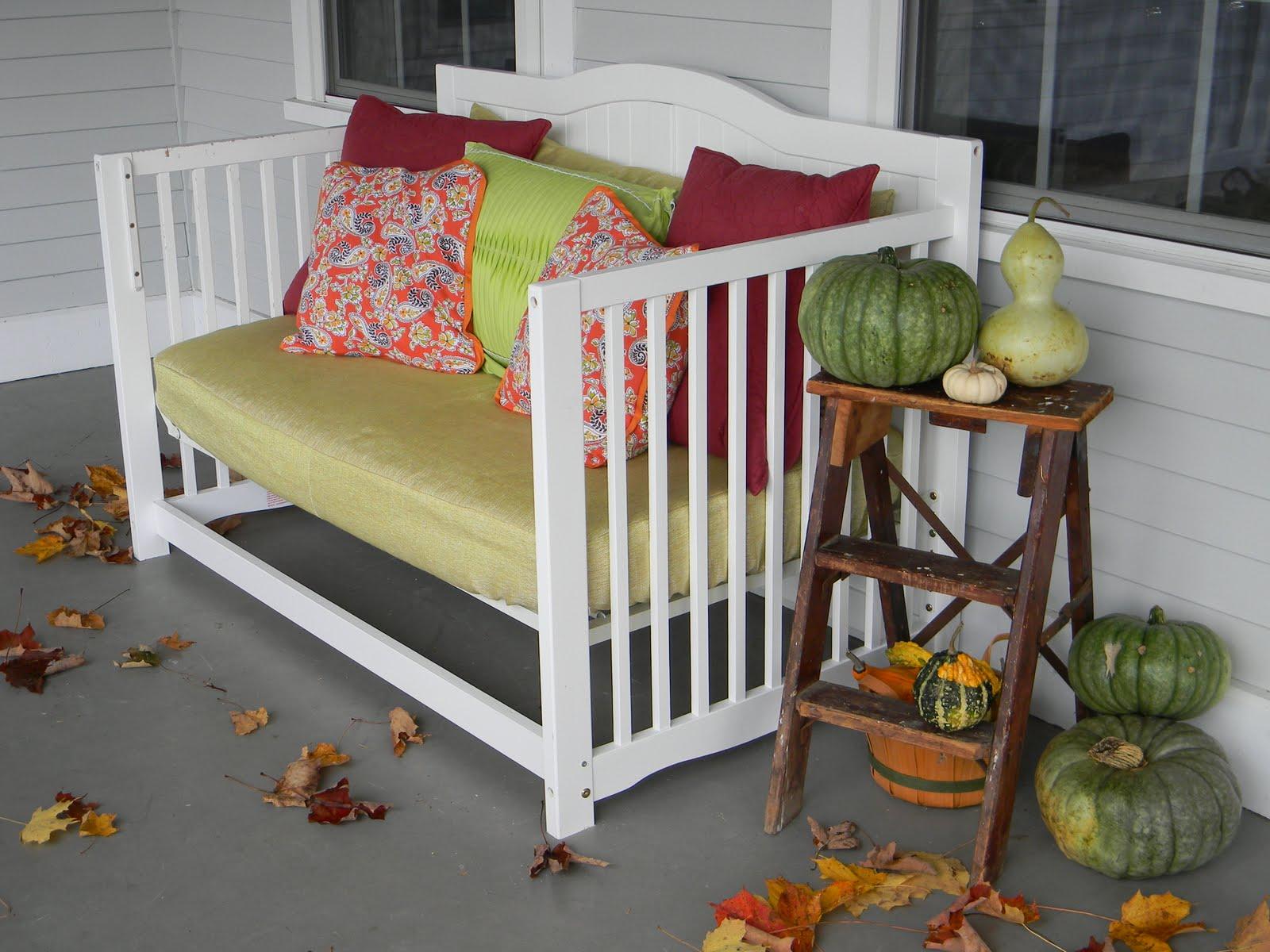 13 - Um confortável banco para a varanda pode ser feito com a estrutura do berço com um reforço dos pés.
