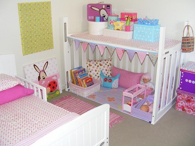 16 - As meninas vão amar uma casinha no quarto para brincar. Aqui o berço e virado de ponta cabeça e uma das laterais é retirada. De resto basta decorar com criatividade.