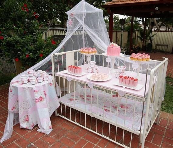 20 - Para quem adora recepções e festas, dá para transformar o berço em uma mesa de apoio para os doces e bolo.