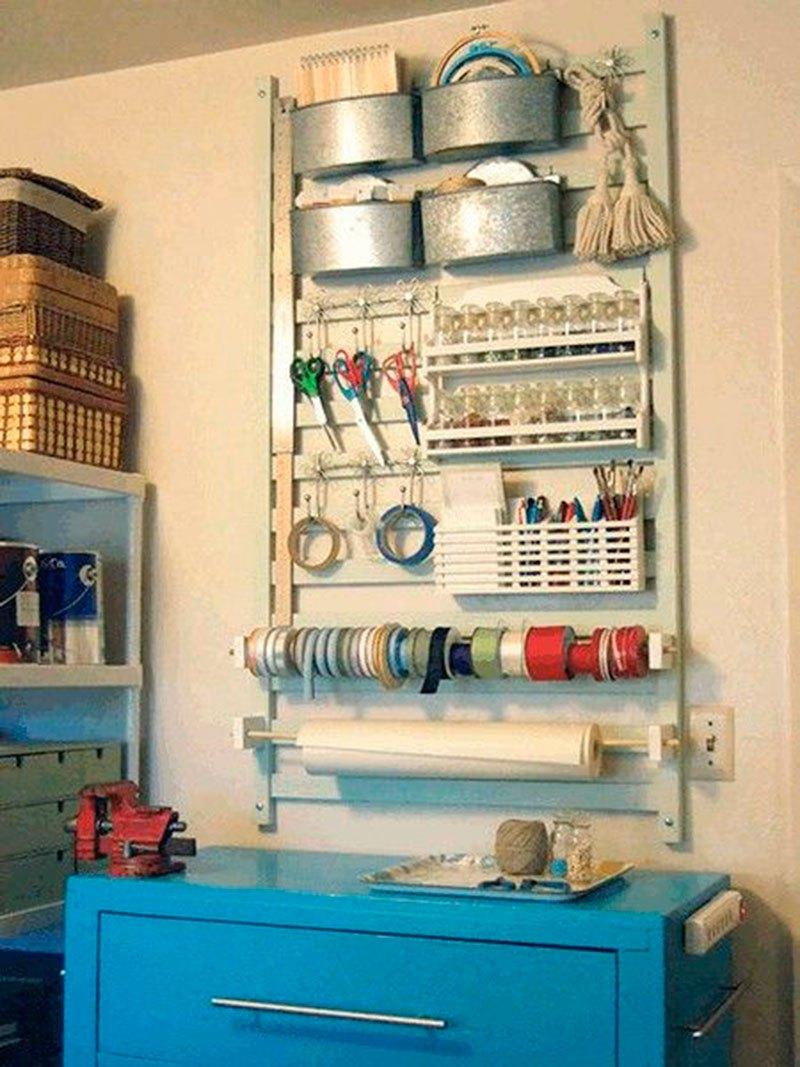 18 - A lateral do berço é versátil como organizadora de vários itens em casa.