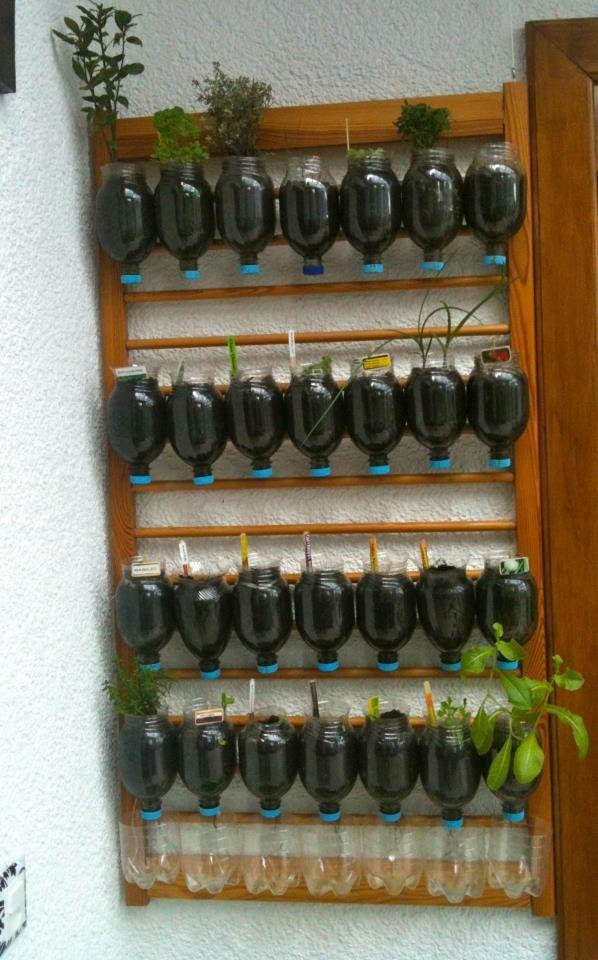 17 - Mais uma ideia para o jardim: um suporte para vasos. Na foto, foram usadas garrafas pet para plantar as mudas.