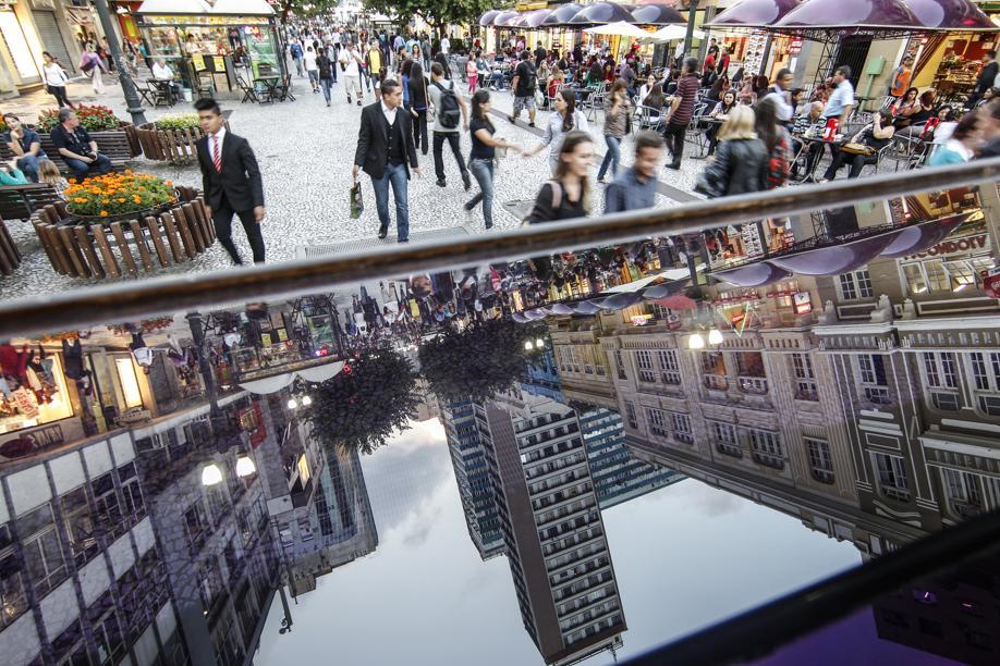 Fechamento da Rua XV revitalizou a região central e inaugurou por essas bandas o conceito de cidade humana.