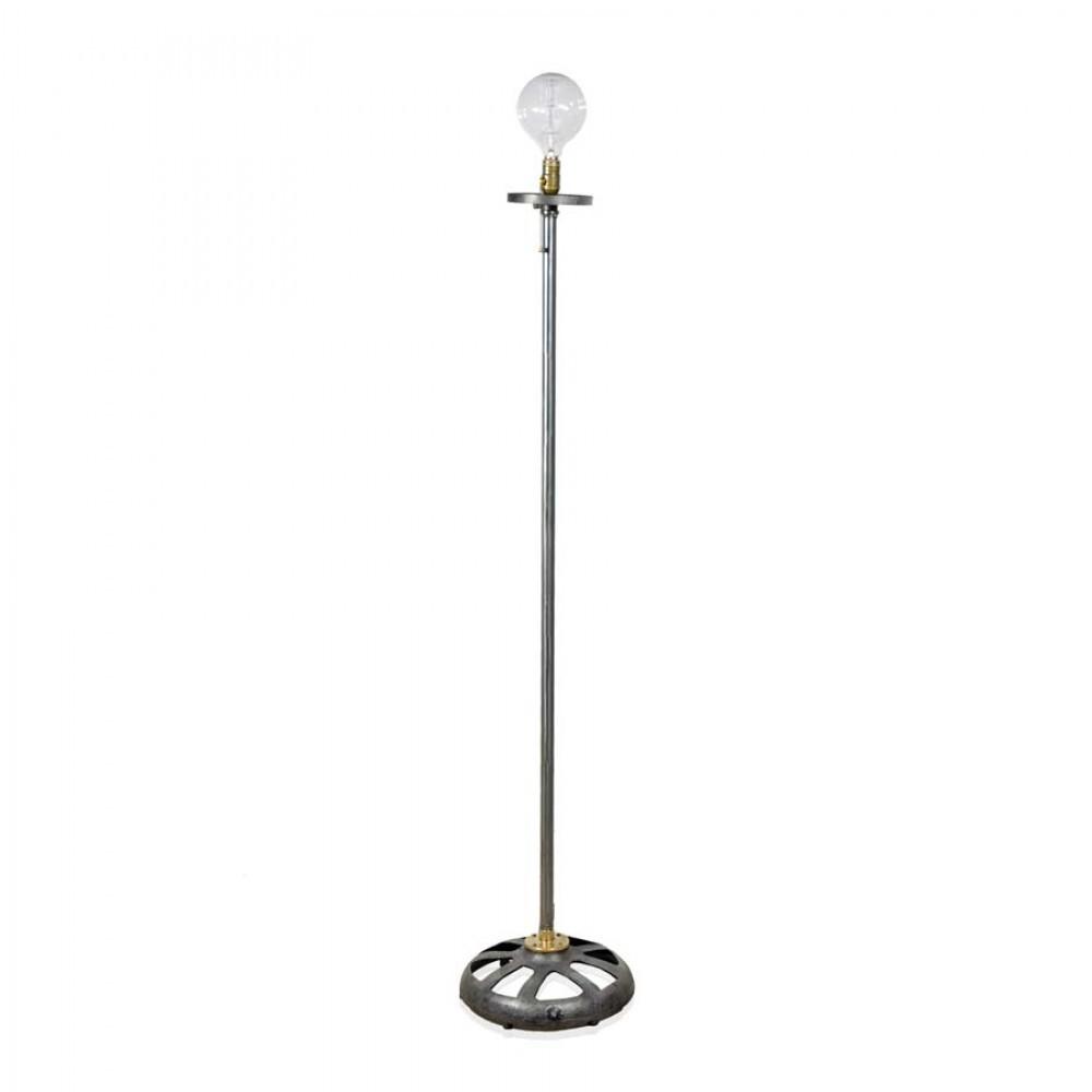 Com design exclusivo da Ignis para a Desmobília, a luminária industrial de chão 4535 é bivolt e tem detalhes em latão. R$ 2.200.