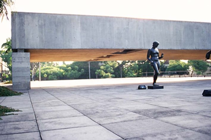 MUSEU - SÃO PAULO - A VIEW OF THE PLAZA AT THE BRAZILIAN MUSEUM OF SCULPTURE IN SAO PAULO, DESIGNED IN 1988 BY BRAZILIAN ARCHITECT PAULO MENDES DA ROCHA, IS SHOWN IN THIS UNDATED PUBLICITY PHOTOGRAPH. MENDES DA ROCHA HAS WON THE 2006 PRITZKER ARCHITECTURE PRIZE FOR HIS HALF CENTURY OF WORK, WHICH BROUGHT BEAUTY AND ORDER TO A GRITTY AND CHAOTIC SAO PAULO. MENDES DA ROCHA, 77, IS THE SECOND BRAZILIAN TO WIN THE SO-CALLED 'NOBEL FOR ARCHITECTURE' AFTER OSCAR NIEMEYER WON THE AWARD IN 1988. REUTERS/NELSON KON/PRITZKER ARCHITECTURE PRIZE/HANDOUT