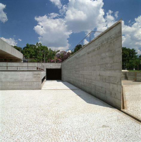 MUSEU - SÃO PAULO - CAD - THE MAIN ENTRANCE OF THE BRAZILIAN MUSEUM OF SCULPTURE IN SAO PAULO, DESIGNED IN 1988 BY BRAZILIAN ARCHITECT PAULO MENDES DA ROCHA IS SHOWN IN THIS UNDATED PUBLICITY PHOTOGRAPH. MENDES DA ROCHA HAS WON THE 2006 PRITZKER ARCHITECTURE PRIZE FOR HIS HALF CENTURY OF WORK, WHICH BROUGHT BEAUTY AND ORDER TO A GRITTY AND CHAOTIC SAO PAULO. MENDES DA ROCHA, 77, IS THE SECOND BRAZILIAN TO WIN THE SO-CALLED 'NOBEL FOR ARCHITECTURE' AFTER OSCAR NIEMEYER WON THE AWARD IN 1988. REUTERS/NELSON KON/PRITZKER ARCHITECTURE PRIZE/HANDOUT