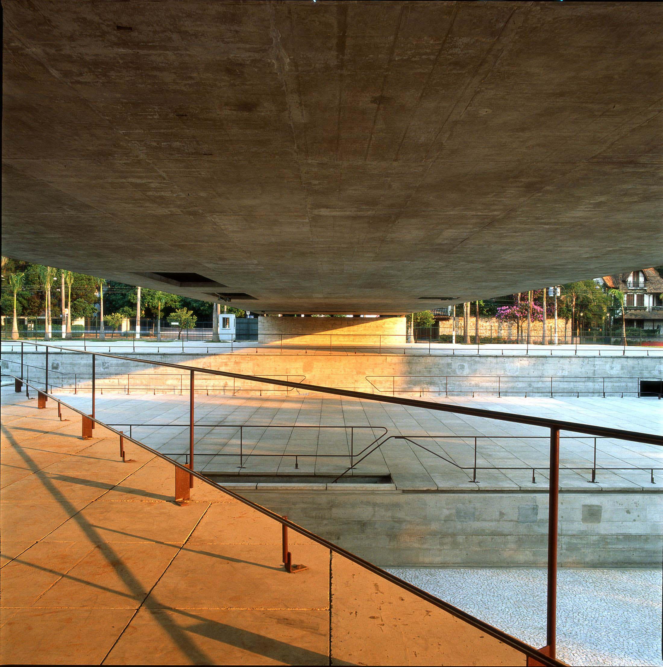 MUSEU - SÃO PAULO - CAD - A VIEW OF THE AMPHITHEATRE UNDER THE PORTICO AT THE BRAZILIAN MUSEUM OF SCULPTURE IN SAO PAULO, DESIGNED IN 1988  BY BRAZILIAN ARCHITECT PAULO MENDES DA ROCHA, IS SHOWN IN THIS UNDATED PUBLICITY PHOTOGRAPH. MENDES DA ROCHA HAS WON THE 2006 PRITZKER ARCHITECTURE PRIZE FOR HIS HALF CENTURY OF WORK, WHICH BROUGHT BEAUTY AND ORDER TO A GRITTY AND CHAOTIC SAO PAULO. MENDES DA ROCHA, 77, IS THE SECOND BRAZILIAN TO WIN THE SO-CALLED 'NOBEL FOR ARCHITECTURE' AFTER OSCAR NIEMEYER WON THE AWARD IN 1988. REUTERS/NELSON KON/PRITZKER ARCHITECTURE PRIZE/HANDOUT