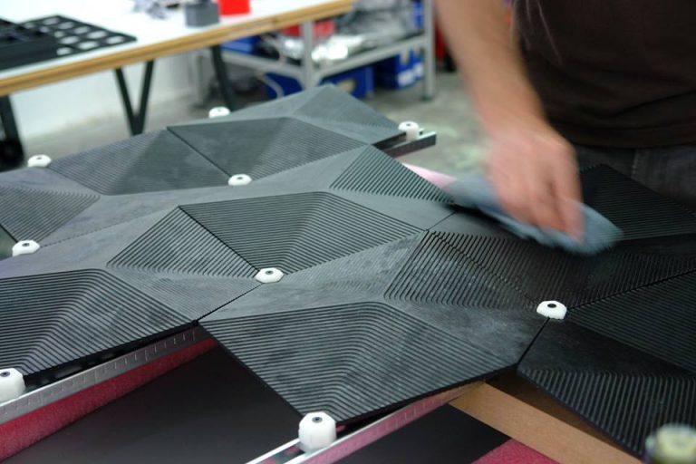 Módulos feitos com HexChar, material desenvolvido pelo escritório alemão Elegant Embellishments que consome CO2 durante sua produção. Foto: Divulgação Elegant Embellishments
