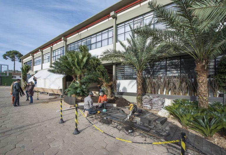 Fachada do prédio foi mantida, mas recebeu novo paisagismo para abrigar Casa Cor Paraná. Fotos: Letícia Akemi/Gazeta do Povo