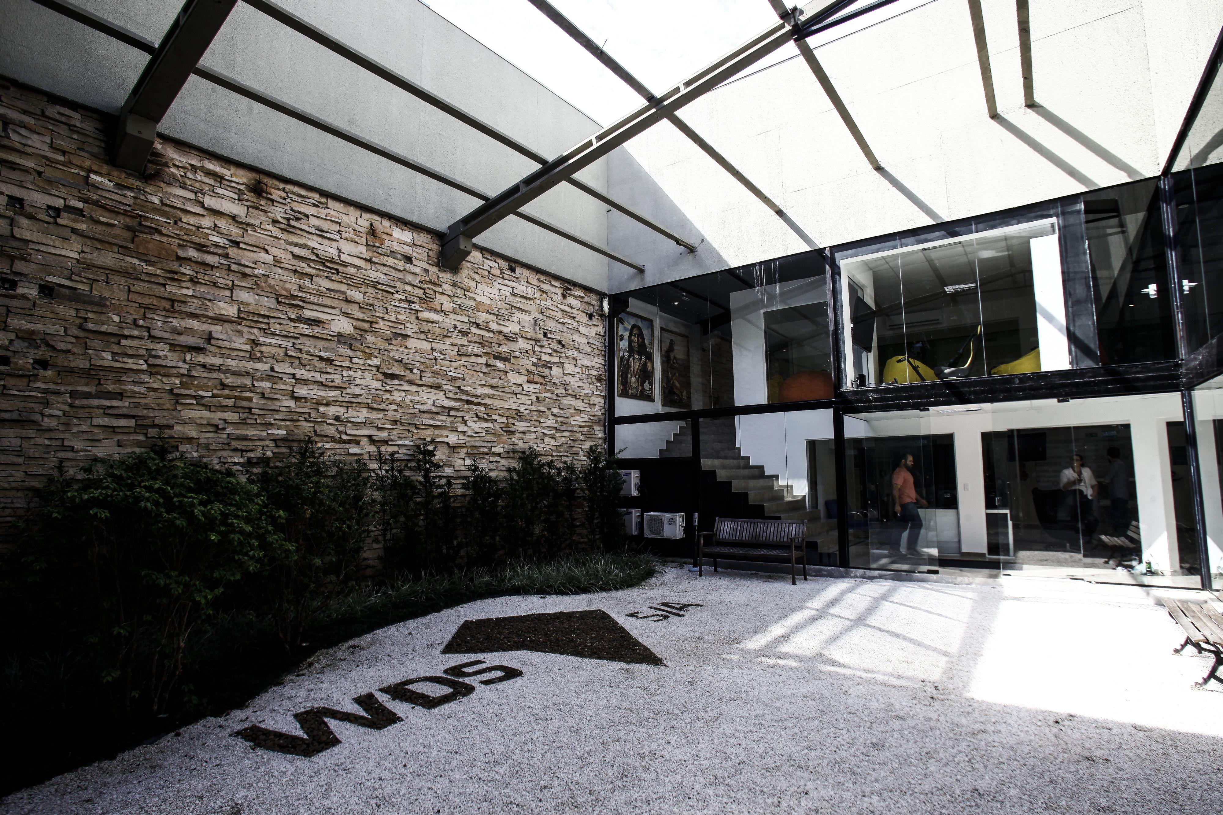 Pátio central para integrar os funcionários e dar leveza ao escritório do grupo WDS.  Foto: André Rodrigues