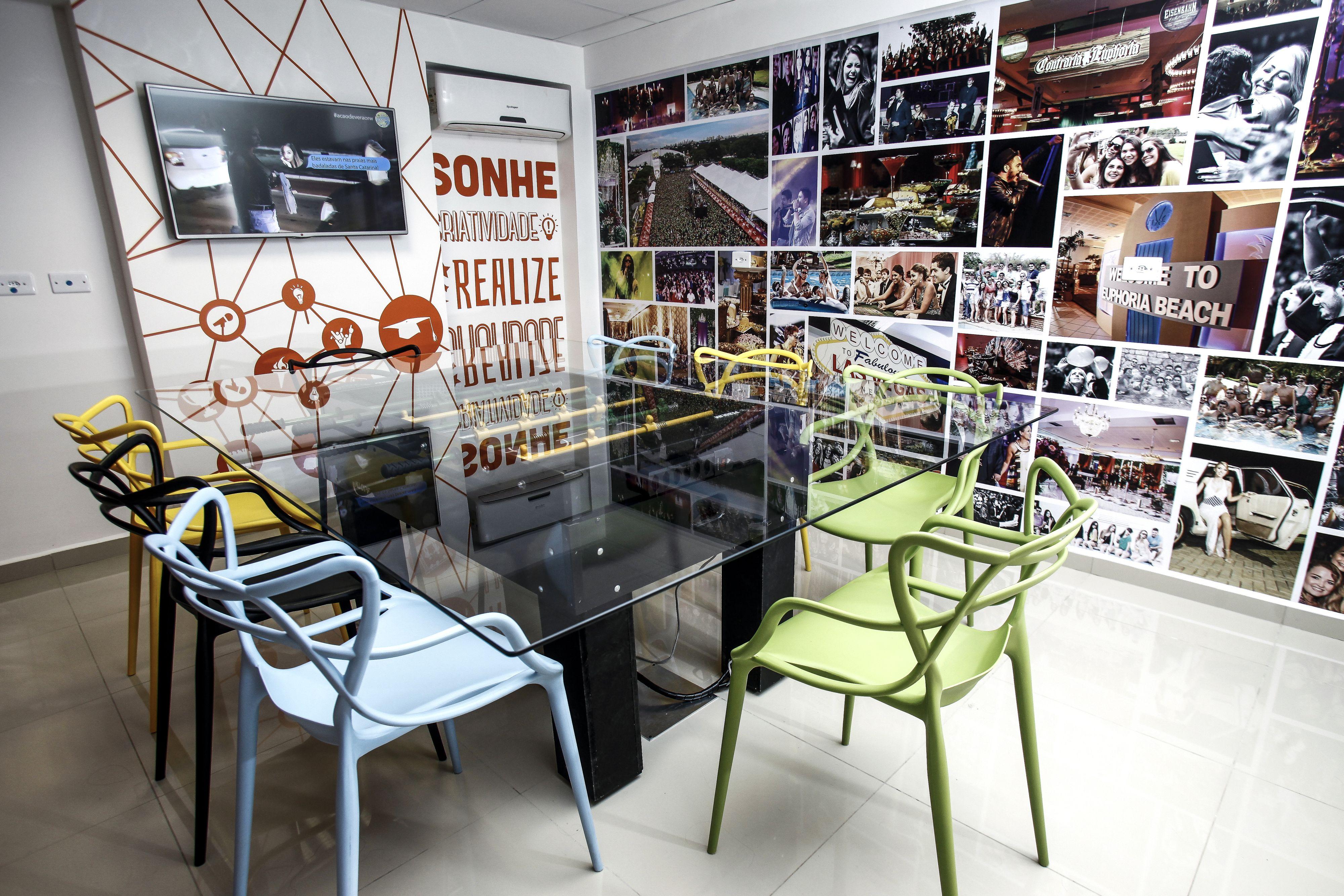 Sala de reunião com muita cor e interatividade no Grupo WDS. Fotos: André Rodrigues / Gazeta do Povo