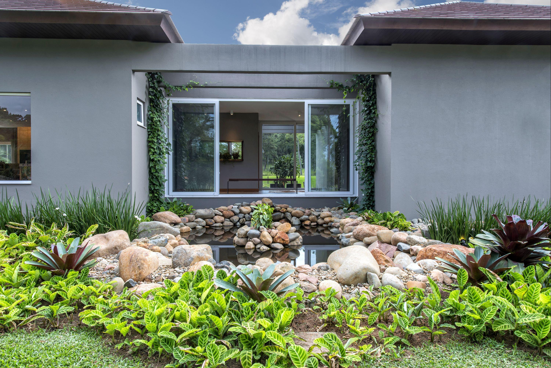 Detalhe do jardim interno, que dá ainda mais charme para a residência.  Foto: Gerson Lima / Divulgação