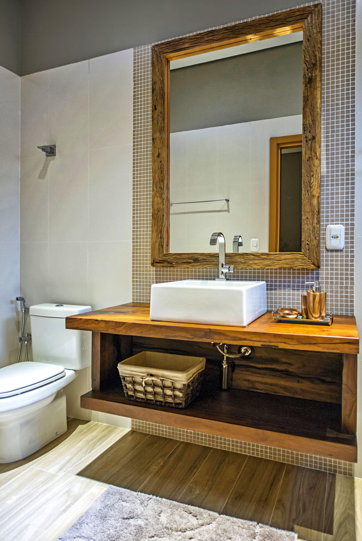 Lavabo segue linha rústica do projeto, com bancada e espelho em madeira de demolição.  Foto: Gerson Lima / Divulgação