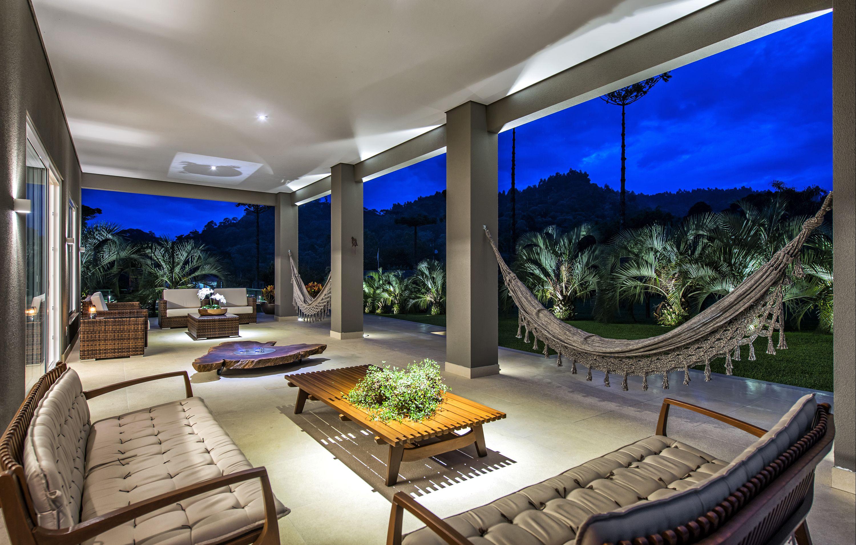 Na varanda, móveis específicos para área externa e redes para criar ar campestre.  Foto: Gerson Lima / Divulgação