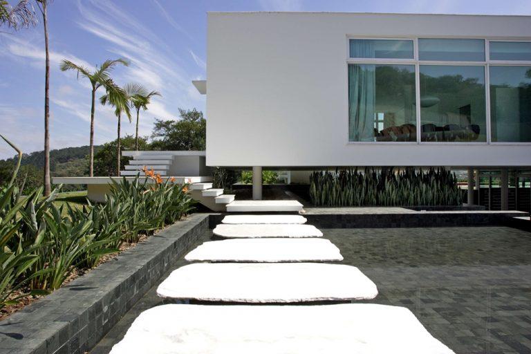 """Integrar paisagem e arquitetura por meio da linguagem modernista é o """"pulo do gato"""" da casa projetada por Marcos Bertoldi. Fotos: Ricardo Almeida/Divulgação"""