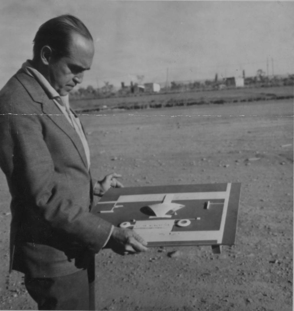 RIO DE JANEIRO, RJ, BRASIL, 11-08-1961: O arquiteto Oscar Niemeyer analisa projeto em maquete. (Foto: Acervo UH/Folhapress)