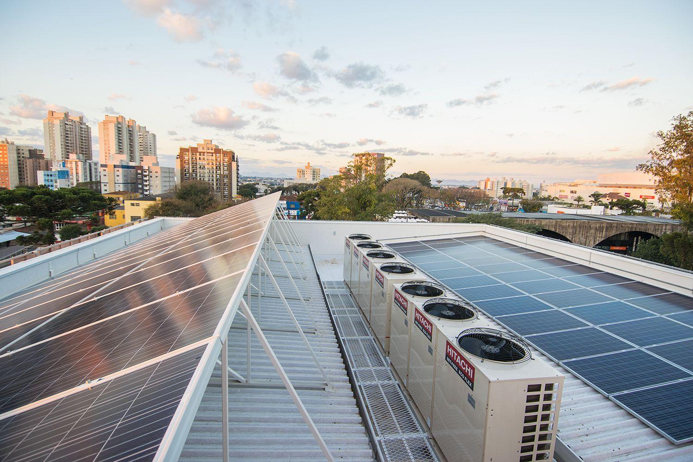 Placas solares instaladas na edificação.  Foto: RAC Engenharia / Divulgação