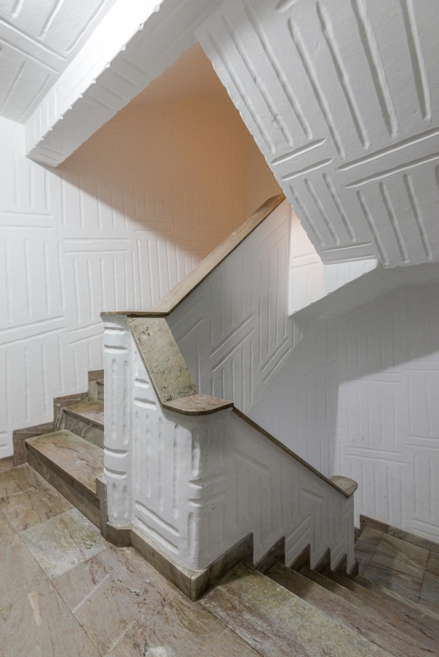 Geometrismo das escadas é potencializado pela textura.