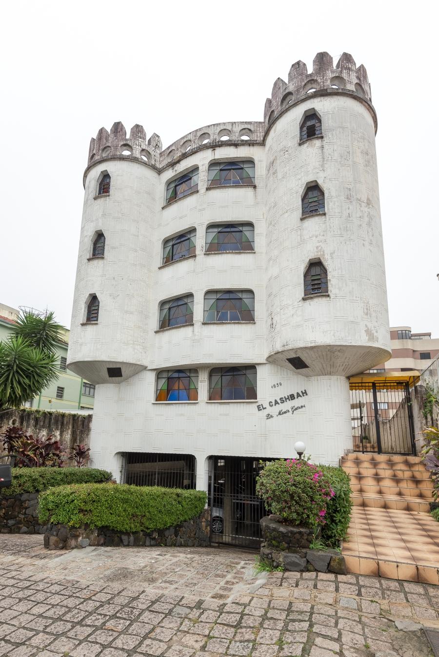 A linguagem do edifício desperta a curiosidade de quem passa pela Rua José de Alencar, quase esquina com a Dr. Goulin.