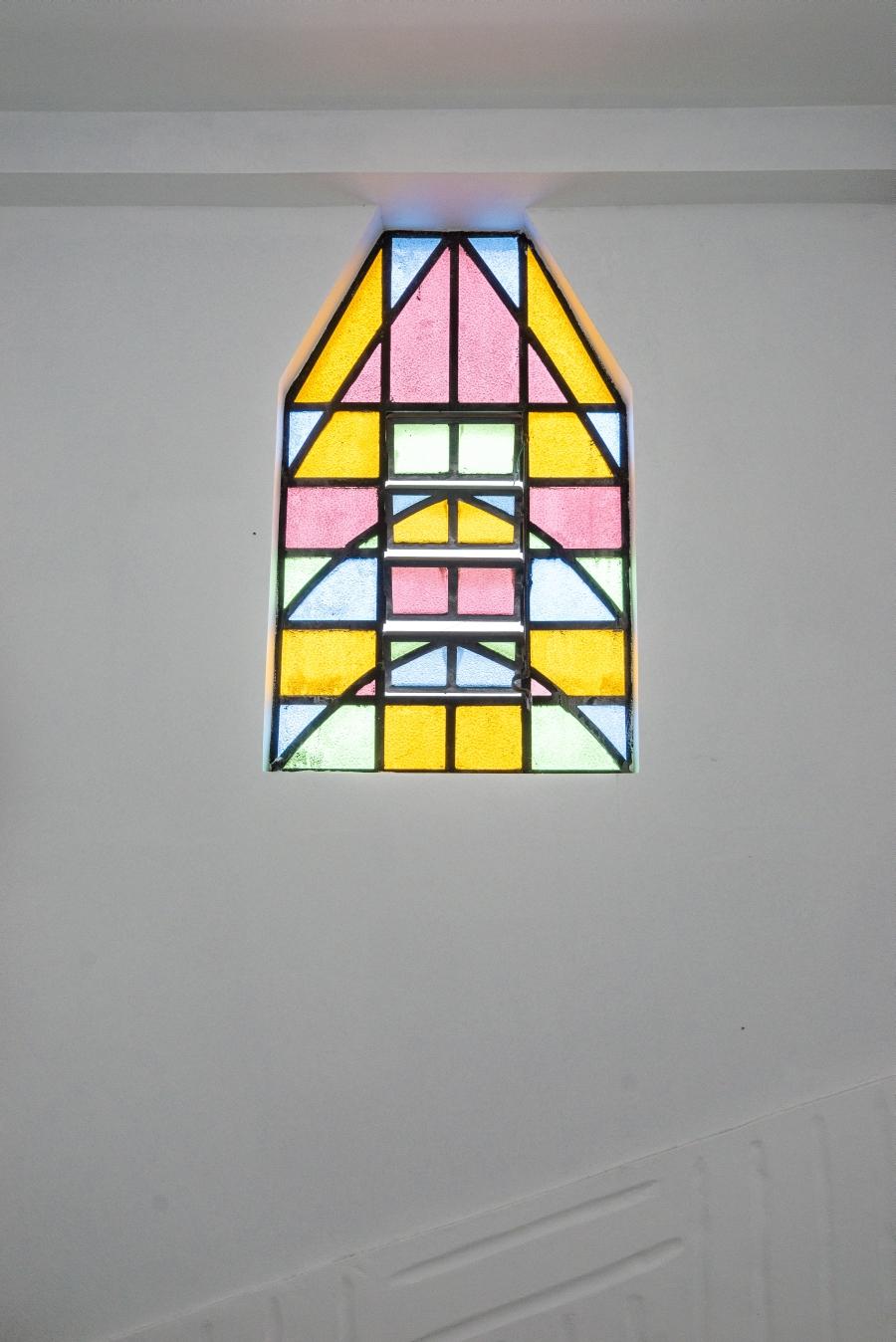 Os vitrais formam desenhos que lembram castelos.
