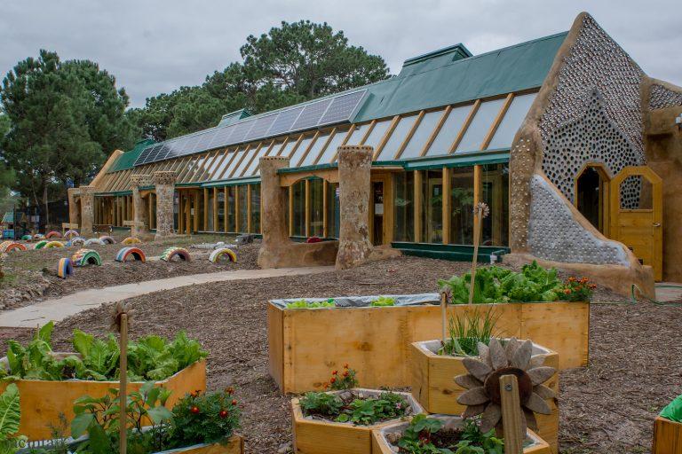 Escola sustentável com mais de 200 m² levantada no Uruguai pelo arquiteto norte-americano. Fotos: Earthship Biotecture/Tagma/Divulgação